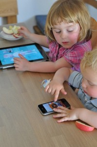 kids-with-ipad-iphone